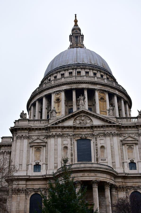 St Pauls大教堂 与圆顶和圣诞树的北边 大厦王国伦敦老塔团结的维多利亚 免版税库存照片