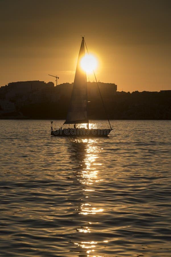St Pauls Bay Malta della barca a vela di tramonto fotografie stock libere da diritti