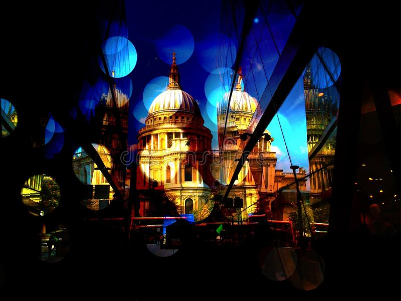St Pauls Cathedral con le luci fotografie stock