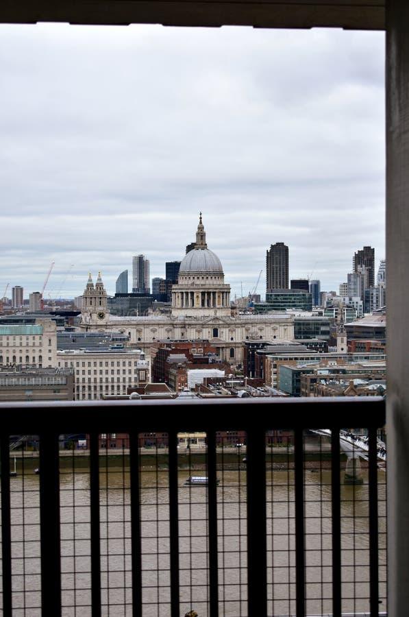 St Pauls Cathedral e Thames River da janela da vigia de Tate Modern Londres, Reino Unido fotos de stock royalty free