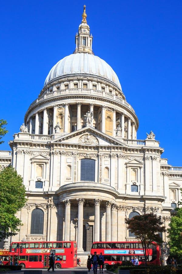 St Pauls Cathedral et vagabonds rouges d'autobus d'autobus rouges de Londres sont une partie iconique de la vie de Londres image libre de droits