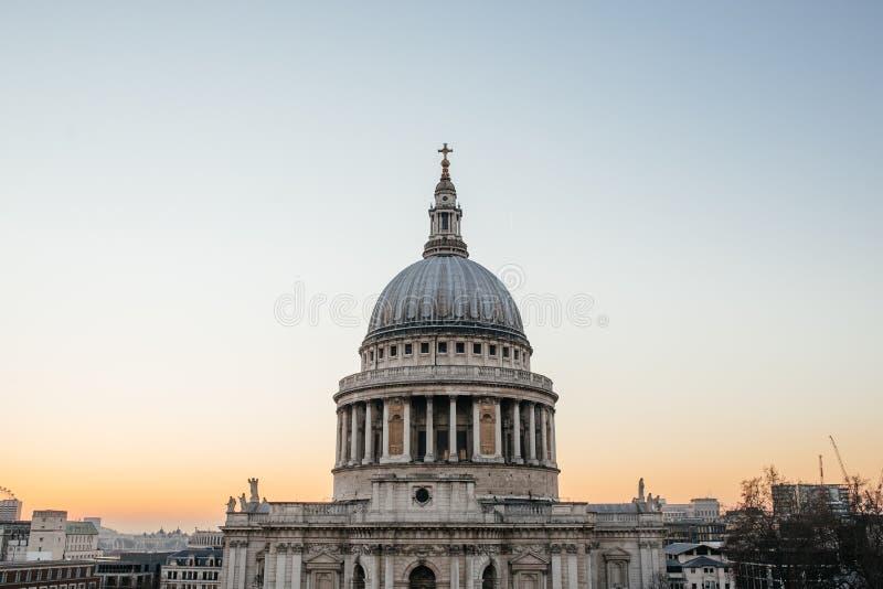 St Pauls Cathedral in Londen bij zonsondergang stock afbeeldingen