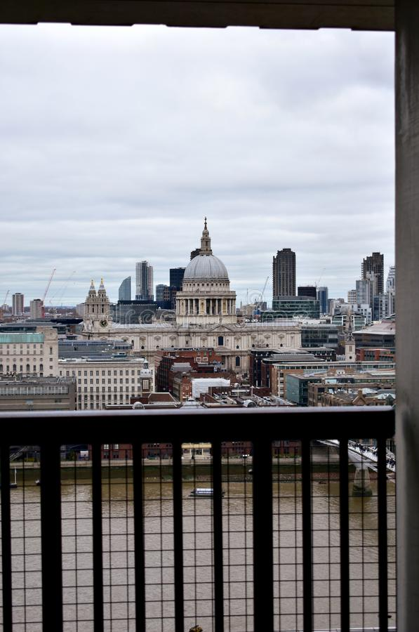 St Pauls Cathedral och Thames River från Tate Modern utkikfönster byggnadskungarikelondon gammalt torn eniga victoria royaltyfria foton