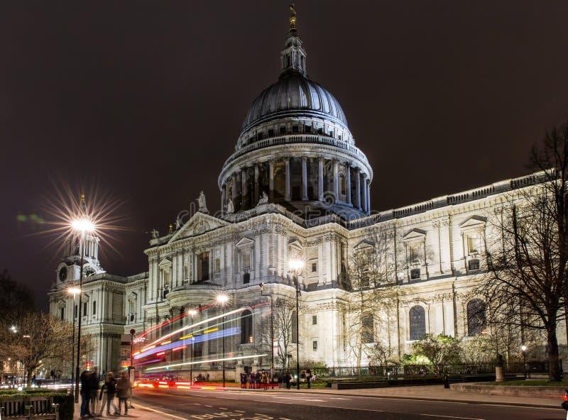 St Pauls Cathedral vid natt i London fotografering för bildbyråer