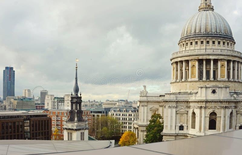 St Pauls för London stadshorisont arkivfoton