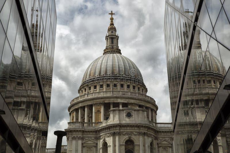 St Pauls kathedraal met relections stock afbeelding