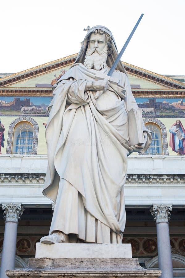 St- Paulstatue außerhalb der Basilika in Rom lizenzfreie stockbilder