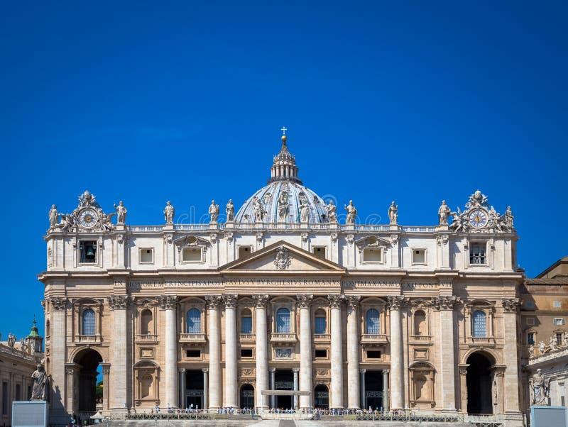 St Peter Basilica detail met een blauwe hemel royalty-vrije stock fotografie