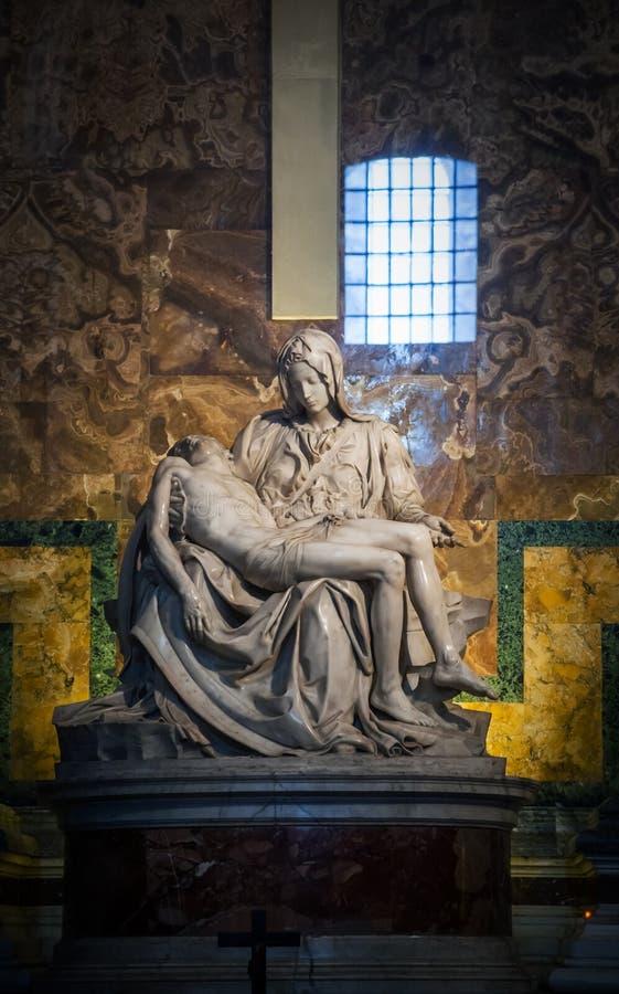 St Peter Basilica en el Vaticano - estatua el Pieta fotografía de archivo