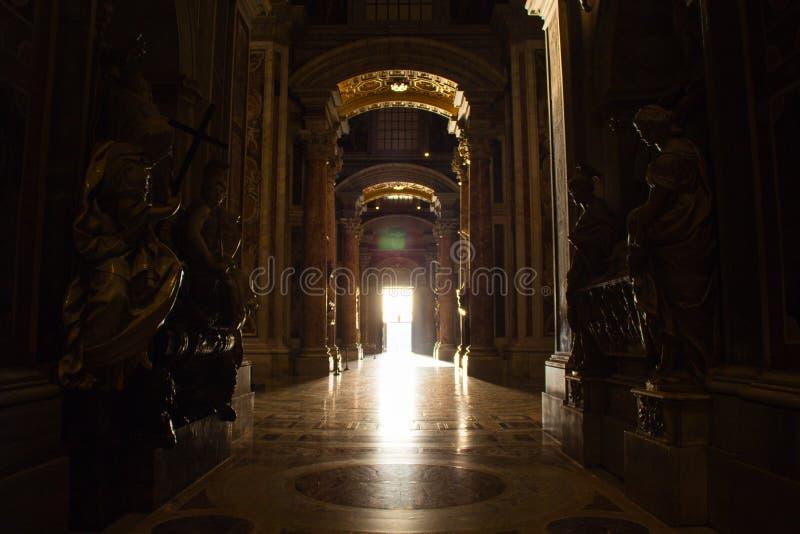 St Peter Basilica, Vaticanen - 28 Augusti 2017: Inom sikten på den av ingången till basilikan - dörr av död - till och med a arkivfoton