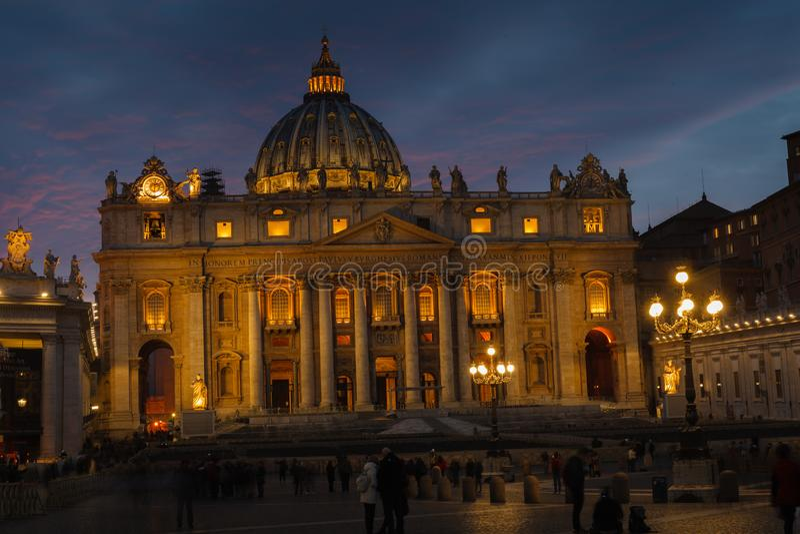 St Peter Basiliek in de avond van via della Conciliazione in Rome De Stad Rome Italië van Vatikaan De architectuur en het oriënta royalty-vrije stock foto's