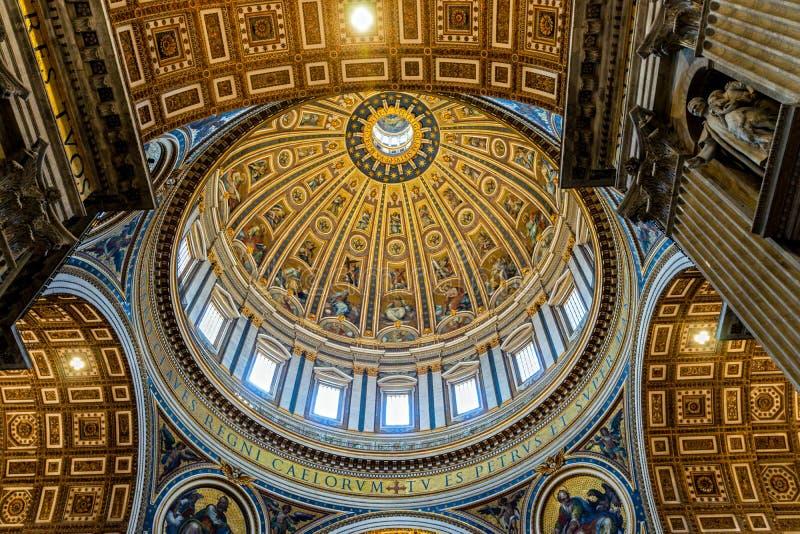 St Peter Basilika-Hauben-Innenansicht in der Vatikanstadt stockbild