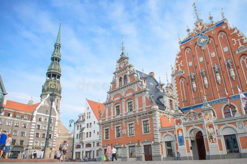 St Peter Church och hus av pormaskarna på staden Hall Square (gammal stad) i Riga, Lettland arkivbild