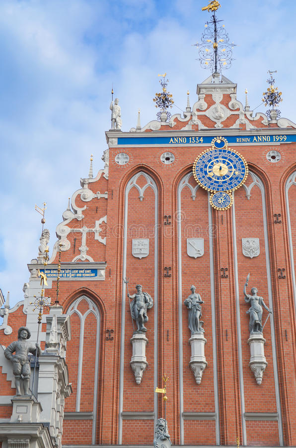 St Peter Church och hus av pormaskarna på staden Hall Square (gammal stad) i Riga, Lettland royaltyfri foto