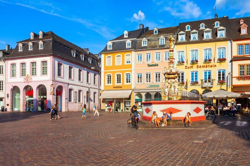St Peter Fountain i Trier royaltyfri bild