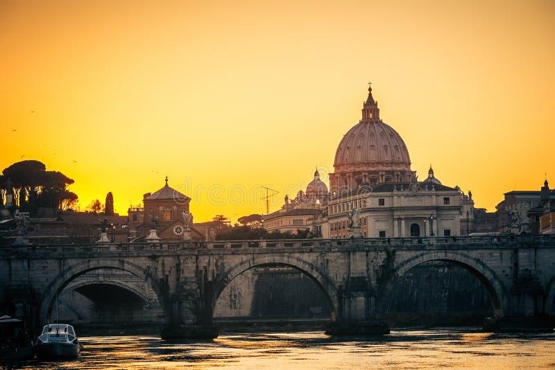 St. Peter kathedraal bij schemer, Rome stock fotografie