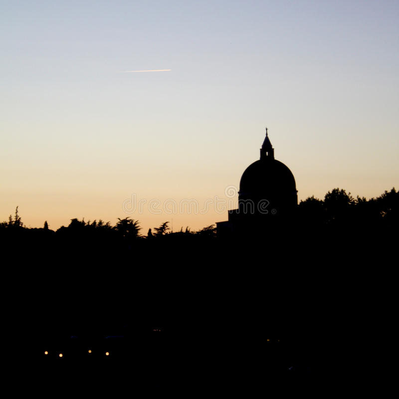 St Peter och Paul Dome Silhouette i Roma Eur arkivbilder