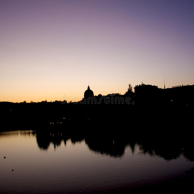 St Peter och Paul Dome Silhouette i Roma Eur fotografering för bildbyråer