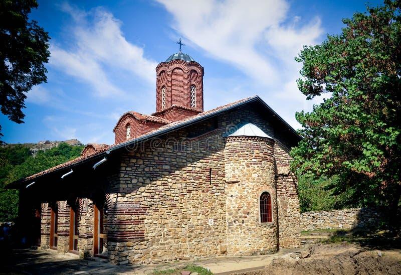 St Peter och Paul kyrka i gud för lopp för historia för Veliko Tarnovo Bulgariengränsmärke gammal arkivfoton