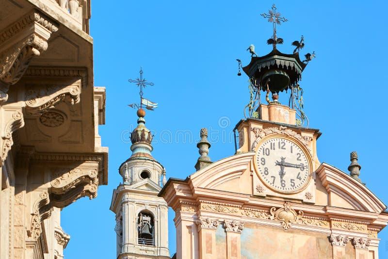 St Peter och Paul kyrkligt klocka- och klockatorn med roboten i en sommardag i Mondovi, Italien arkivbild
