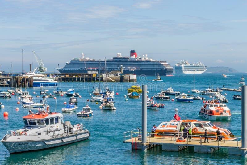 St Peter Port Harbour, Cruiseschepen voor de kust royalty-vrije stock afbeeldingen