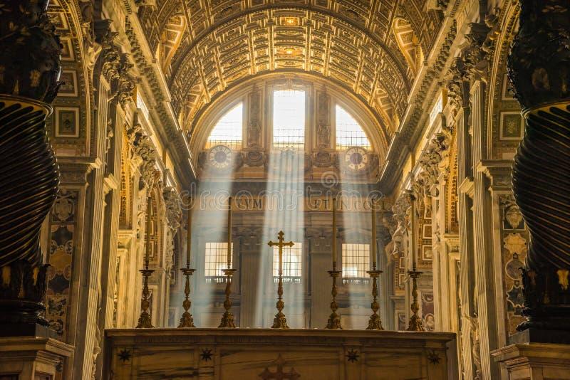 St Peter Rome de rayons légers photo stock