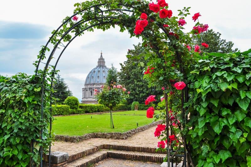 St Peter ` s Katedralna kopuła i Watykańscy ogródy, Rzym, Włochy zdjęcia royalty free
