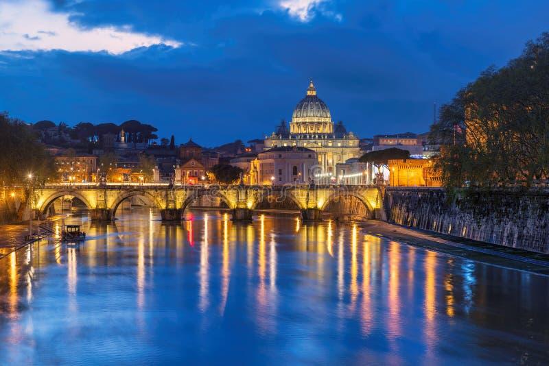 St Peter ` s kathedraal bij nacht in Vatikaan, Rome, Italië stock fotografie
