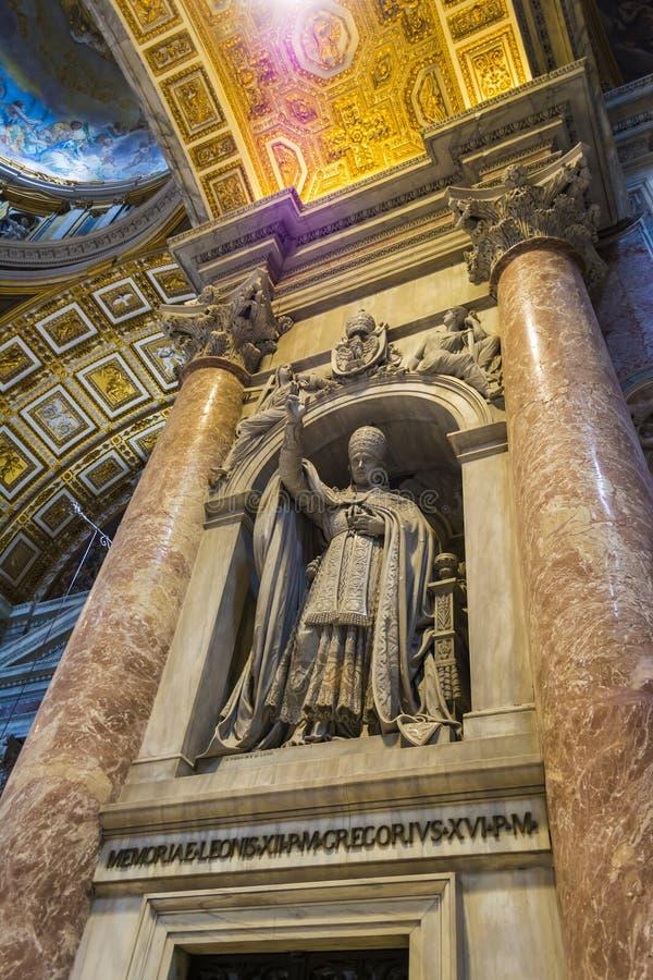 St Peter ` s Kathedraalbinnenland in de stad van Vatikaan, Italië stock foto
