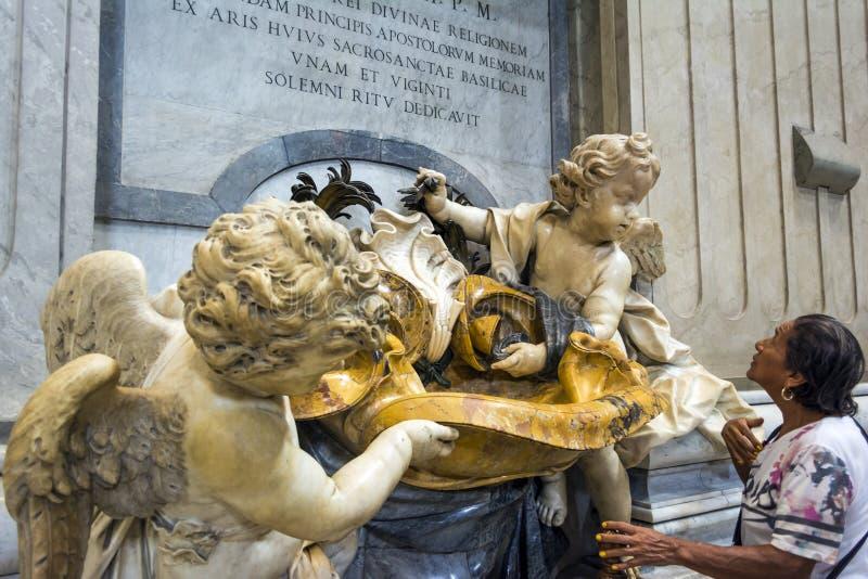 St Peter ` s Kathedraalbinnenland in de stad van Vatikaan, Italië stock afbeelding