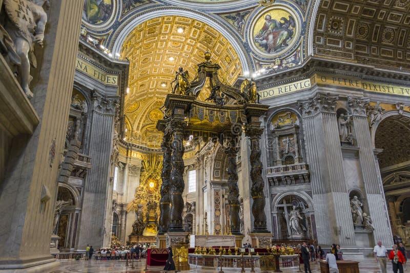 St Peter ` s Kathedraalbinnenland in de stad van Vatikaan, Italië stock afbeeldingen