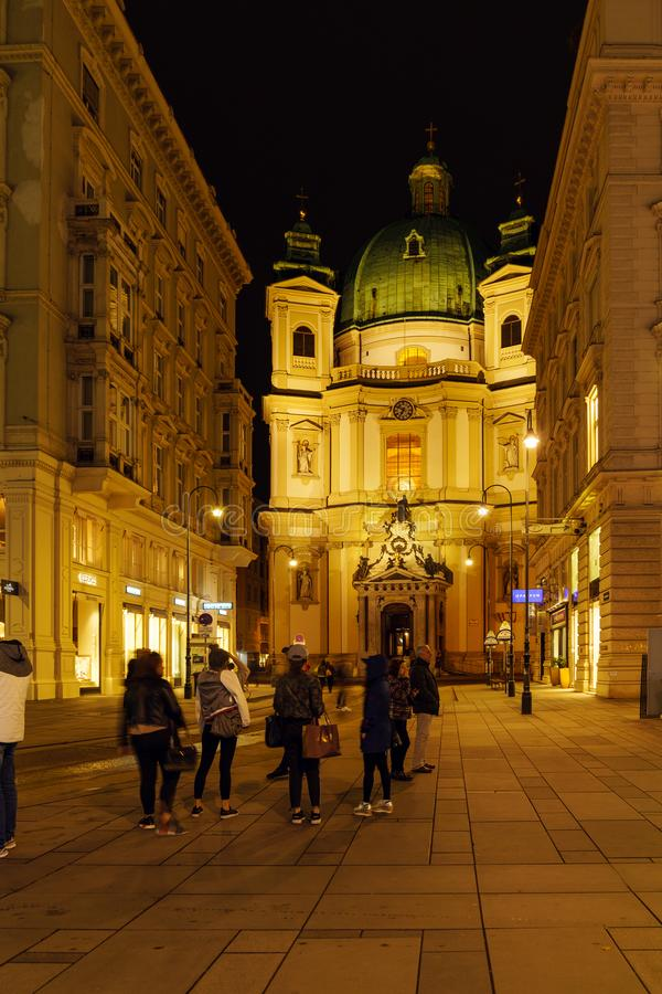 St Peter ` s kerk of Peterskirche 1733 voorgevel bij nacht, Vien royalty-vrije stock fotografie
