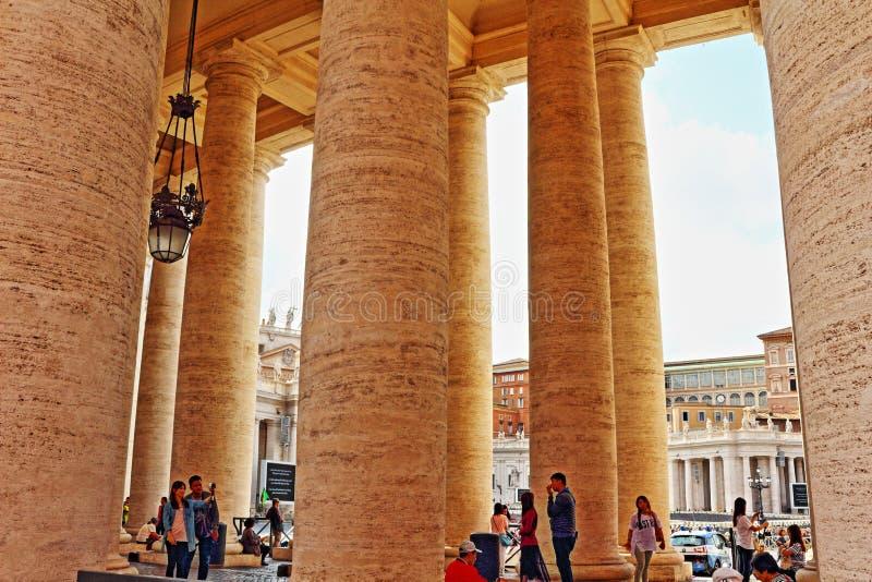 St Peter ` s kwadrata kolumnada Watykański Rzym Włochy zdjęcie stock