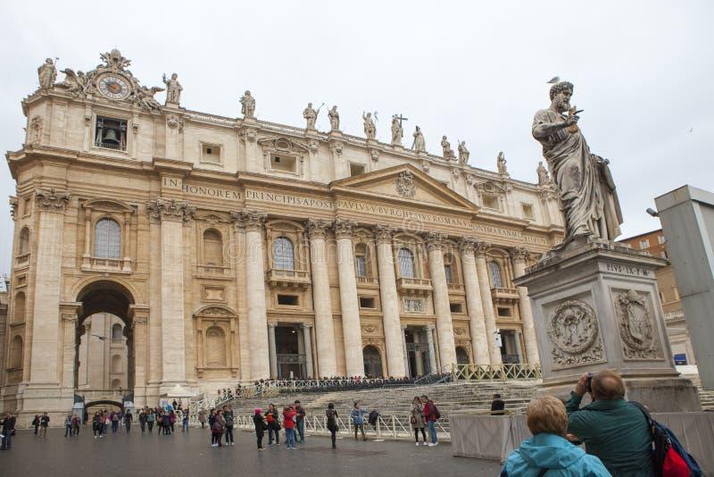 St. PETER VATIKAN ROM ITALIEN - 8. NOVEMBER: Tourist, der ein phot nimmt lizenzfreie stockbilder