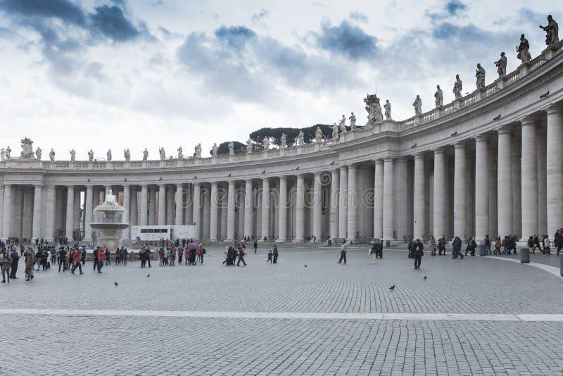 St. PETER VATIKAN ROM ITALIEN - 8. NOVEMBER: Tourist, der ein phot nimmt stockfotografie