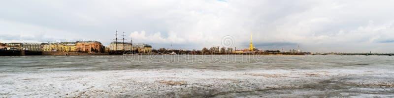 St Peterburg,俄罗斯 有彼得和保罗堡垒的被冰的内娃河 免版税图库摄影