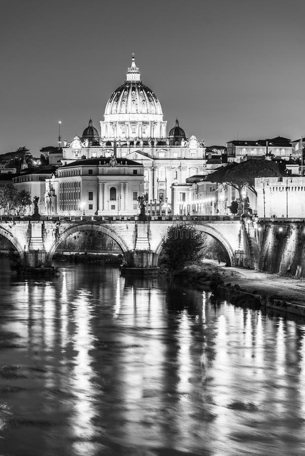 St Peters Basilica en el Vaticano y Ponte Sant ?Angelo Bridge sobre el r?o de T?ber en la oscuridad Paisaje urbano de igualaci?n  fotos de archivo
