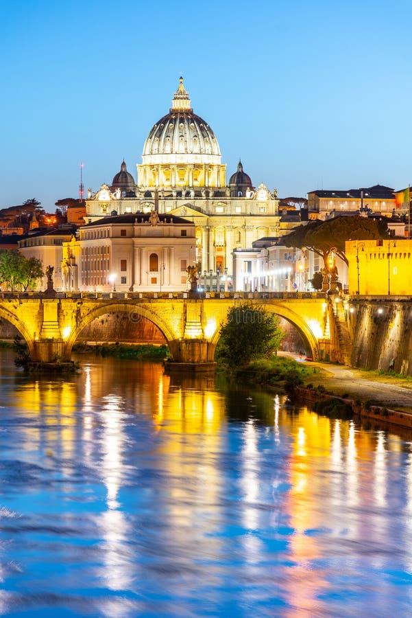 St Peters Basilica no Vaticano e no Ponte Sant ?Angelo Bridge sobre o rio de Tibre no crep?sculo Arquitetura da cidade de nivelam imagens de stock