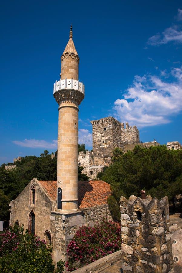 St Peters Castle dans Bodrum avec peu de mosquée photo stock