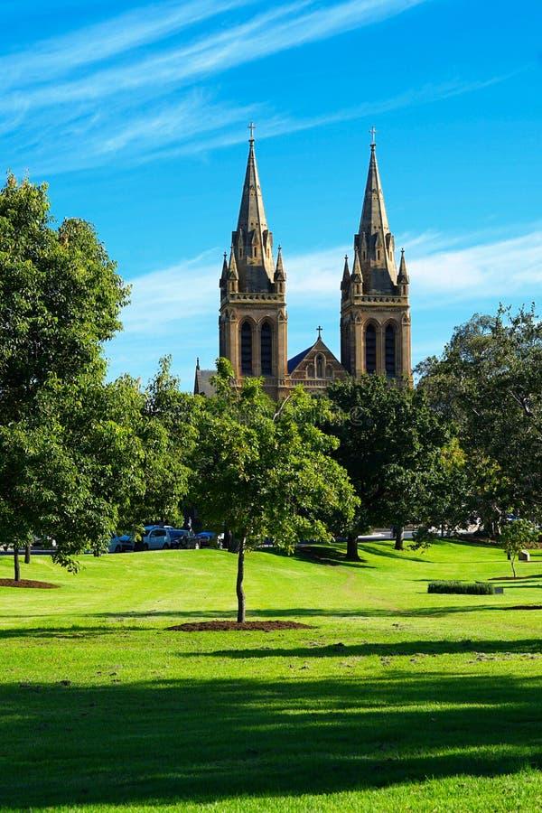 St. Peters Cathedral genommen von den Nordparklands, Adelaide Sou stockfotos