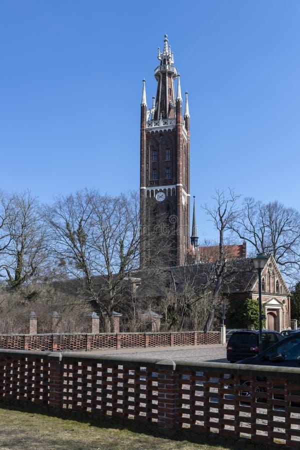St Peters Church en Bijbeltoren in Worlitz-Park, West-Duitsland stock afbeeldingen
