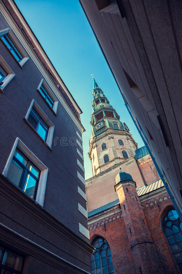 St Peters Church in vecchia città Riga, Lettonia Vista dalla via stretta immagine stock