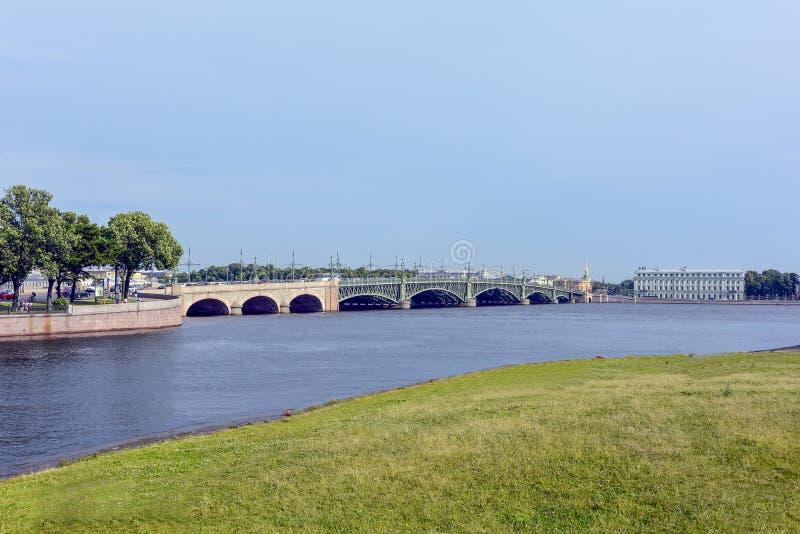 St Petersbourg avec son architecture sur les banques de la rivière Neva image stock
