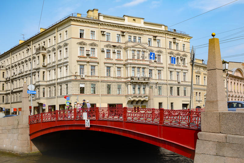 St Petersbourg, le pont rouge sur la rivière Moika image libre de droits