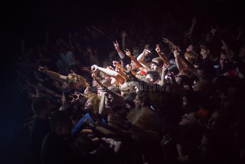 ST PETERSBOURG, RUSSIE - 1ER MAI 2013 : foule des fans au concert, fans dans le projecteur images libres de droits