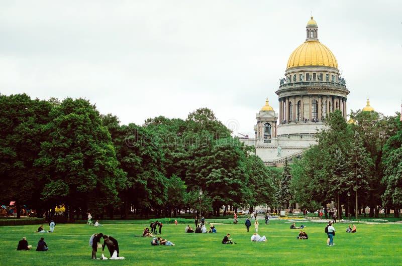 St Petersbourg, RUSSIE - 8 juillet 2018 : architecture historique de la ville de St Petersburg Les gens se reposant sur l'herbe d image stock
