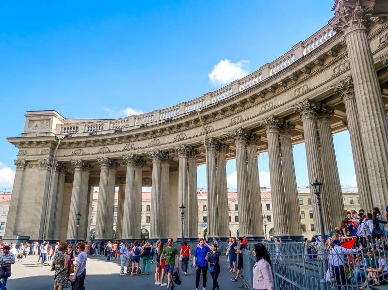 ST PETERSBOURG, RUSSIE - 27 JUILLET 2018 : Les gens ont visité la cathédrale de Kazan, St Petersburg, Russie images libres de droits