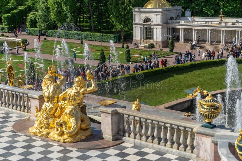 ST PETERSBOURG, RUSSIE - JUNY 01, 2019 : Deux sculptures des tritons soufflant dans les éviers photo stock