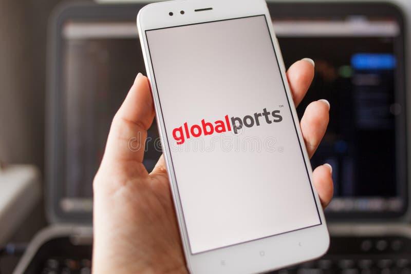 ST PETERSBOURG, RUSSIE - 14 MAI 2019 : Logo des ports globaux de société russe sur l'écran de smartphone image stock