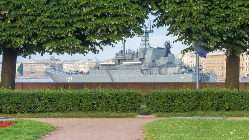 St Petersbourg, Russie - 07/23/2018 : Préparation pour le défilé naval - BDK-43 ` de Minsk du ` images stock